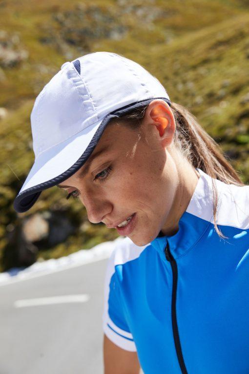 Микрофибърна шапка с козирка - цвят Морско Син/Бял